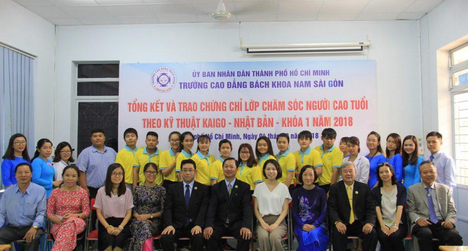 Các đại biểu tham dự tổng kết khóa học chụp hình lưu niệm với học viên